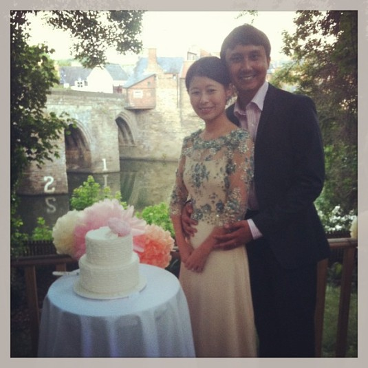 Happy couple with ruffle wedding cake